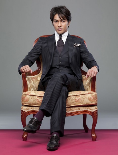 ドラマ「宿命 1969-2010 - ワンス・アポン・ア・タイム・イン・東京」で主演を務める北村一輝。上流階級のエリートを思わせる高級感あふれるスーツ姿が印象的だ。