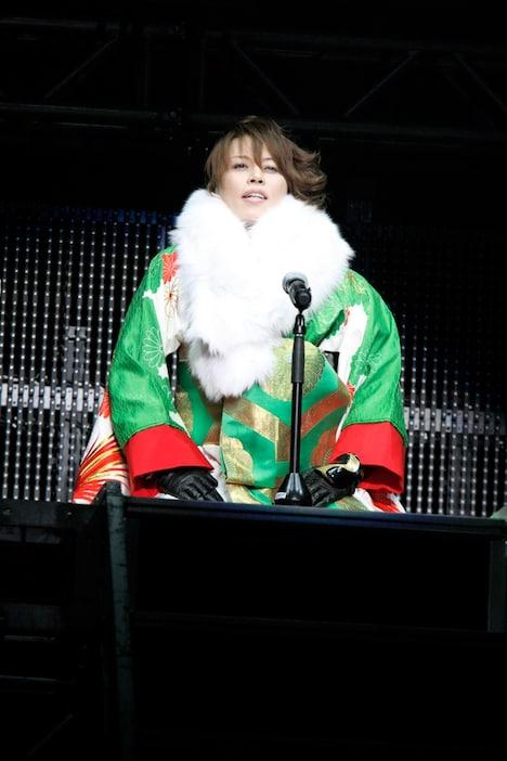お正月らしい雅やかなBGMの中で登場し、オープニングの口上を述べる西川。