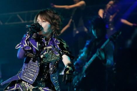「来年40歳になるのに、こんな格好で歌うとは思ってませんでした」と大胆な衣装をアピール。