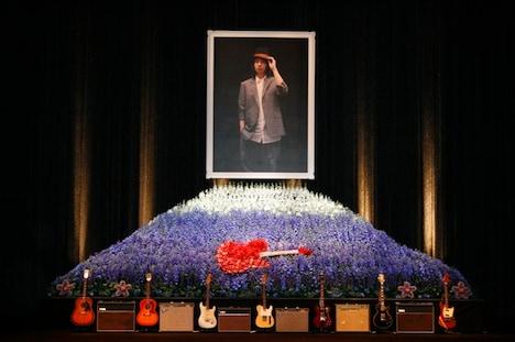 ステージ上には富士山とテレキャスターをデザインした花をバックに、志村本人が生前愛用していた7本のギターと6台のアンプが並べられた。