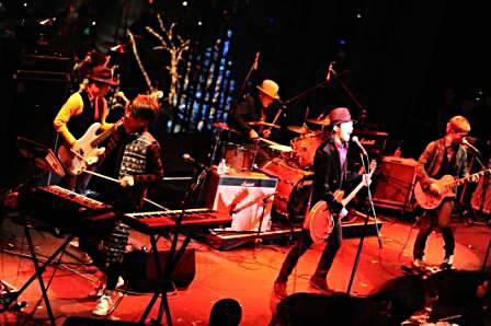 「My SunShine」でAirplay of the Year 2009を受賞したROCK'A'TRENCHはライブ演奏を披露。
