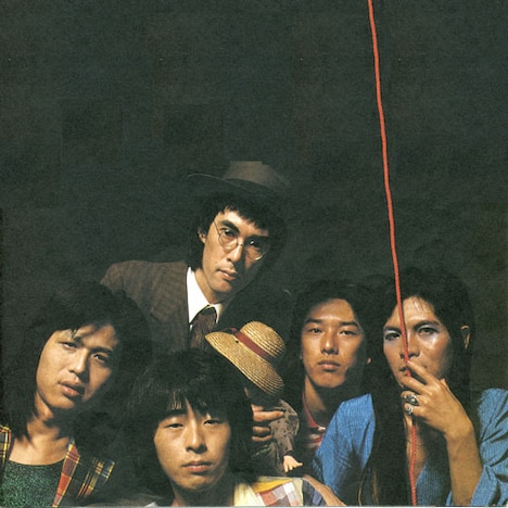 """柴山俊之(Vo)、鮎川誠(G)、篠山哲雄(G)、坂田""""鬼平""""紳一(Dr)、奈良敏博(B)の5人からなるサンハウス。バンド名の由来はアメリカのブルース歌手「サン・ハウス」の名前から。"""