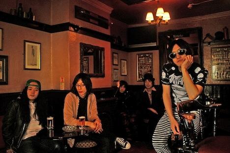 """本日3月17日に新メンバー會田茂一(G)の加入を発表したHiGEは、人気曲「ロックンロールと五人の囚人」を演奏。神聖かまってちゃんとの""""ロックンロール""""対決は要注目だ。"""