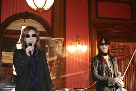 YOSHIKIはこの前々日、赤坂BLITZで行われたToshIのソロさよならコンサートのステージに引っかけて「僕とSUGIZOって最近、ピアノとバイオリンばっかりだよね(笑)」と冗談交じりに話した。
