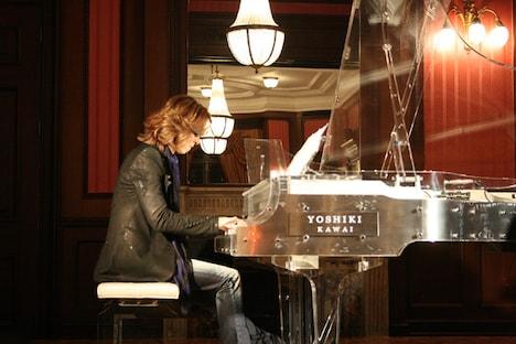 クリスタルピアノを奏でるYOSHIKI。