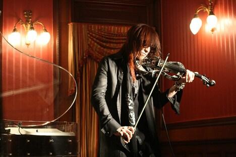 SUGIZOは美しいバイオリンの音色でファンを酔わせた。