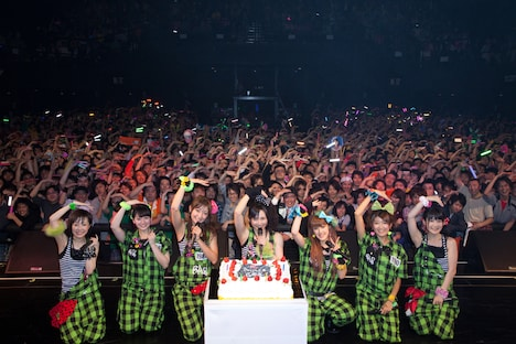 イベントの締めくくりはステージ上のメンバーと客席のファン全員で記念撮影。Berryz工房がこの日6歳の誕生日を迎えたことにちなみ、腕で6のポーズを作った。