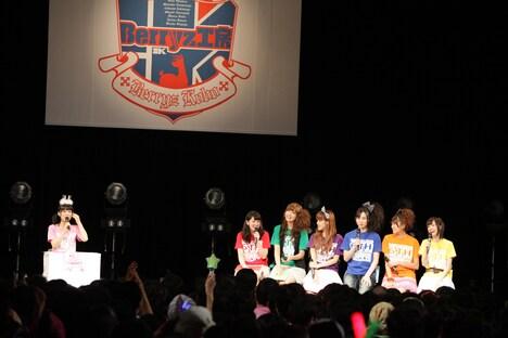 「桃はア・イ・ド・ル」は、嗣永桃子(写真左端)が飛びぬけたアイドルになるためのアイデアを送ってもらう人気コーナー。メンバーからもさまざまな意見が飛び交う。