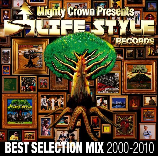 過去作のジャケットなどが額に飾られた、ベストアルバム「LIFE STYLE RECORDS BEST SELECTTION MIX」のジャケット。