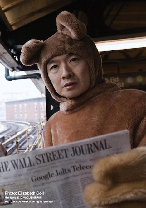 "「VOGUE NIPPON」の記事ではニューヨークでの撮り下ろしポートレートも掲載。現在41歳の小沢が、90年代の""王子""期を思わせるクマの着ぐるみ姿を披露。"