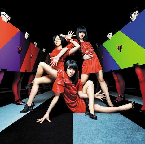 「不自然なガール / ナチュラルに恋して」通常盤では、Perfume史上初めてメンバー以外の人物がジャケットに登場している。