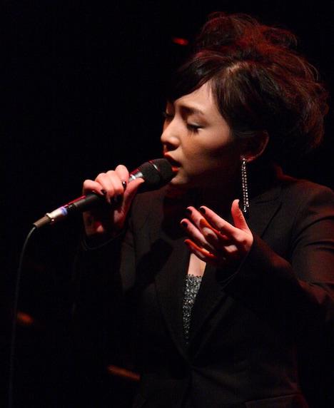 写真は今年2月に開催したコンサートでジャズを歌う加護亜依。