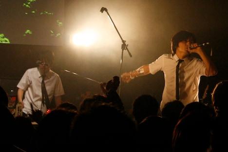 ステージ上を所狭しと動き回ったHONDALADYのマル(写真右)。Die(左)も曲によってはフロントに飛び出し、観客を煽った。