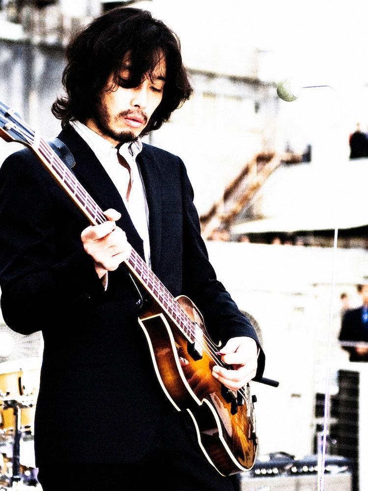 持ち手を普段とチェンジして、ポールと同じくバイオリンベースを奏でる斉藤。