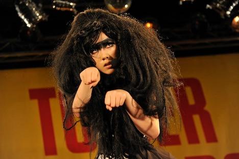 ゼブラクイーンを演じるのは気鋭の若手女優、仲里依紗。