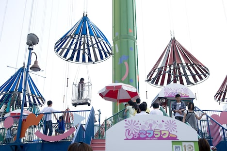 後楽園遊園地の名物アトラクション「スカイフラワー」もしょこたんの誕生日を祝して「しょこフラワー」に。普段は「大事な日は決まって雨が降る」というしょこたんだが、今回のツアーでは開催日すべて快晴だ。