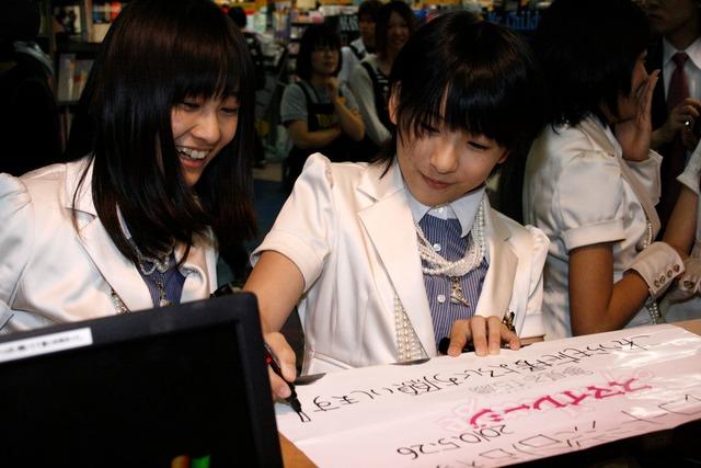 和田彩花(写真左)と福田花音(右)。