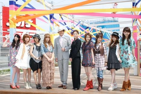 舞台に出演するモーニング娘。と辰巳琢郎(写真左から5人目)、加藤紀子(右から5人目)。
