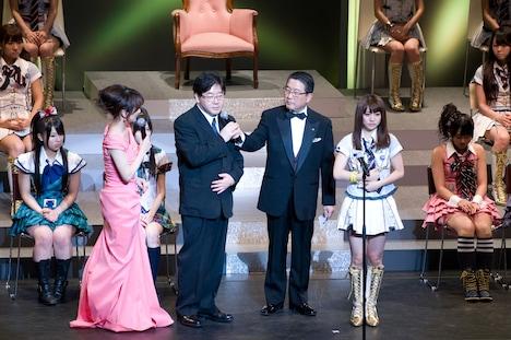 総合プロデューサー秋元康(写真左から2番目)は、総選挙の総評として「多分大島優子以外は全員悔しいと思うんです。そして、このステージに上がれなかったメンバーも全員悔しいと。つまり、この悔しいと思う気持ちが次のエネルギーになると思うので、ますますAKB、SKE、研究生、みんながんばると思います」とコメント。