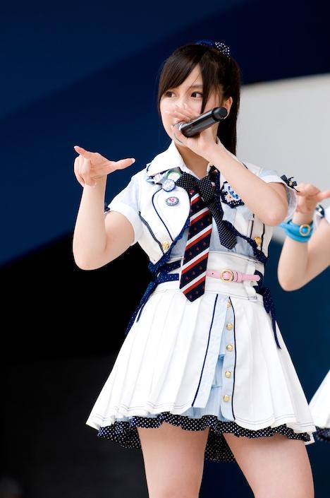 AKB48オフィシャルブログには、小野恵令奈(写真)の所属事務所からのメッセージも掲載。彼女が卒業を決めるに至った経緯が説明されている(写真は6月13日によみうりランドで行われた、全国握手会イベントより)。