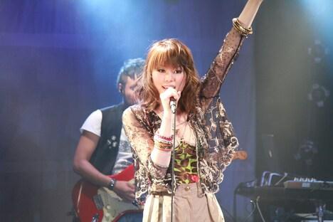 写真は6月25日の招待制ライブ「素直になれなくて -Special Live-」より。