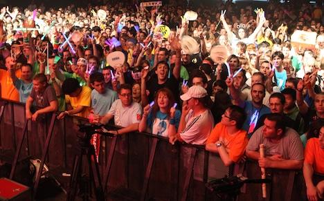 サイリウムやうちわなどを手に盛り上がる4000人のファン。