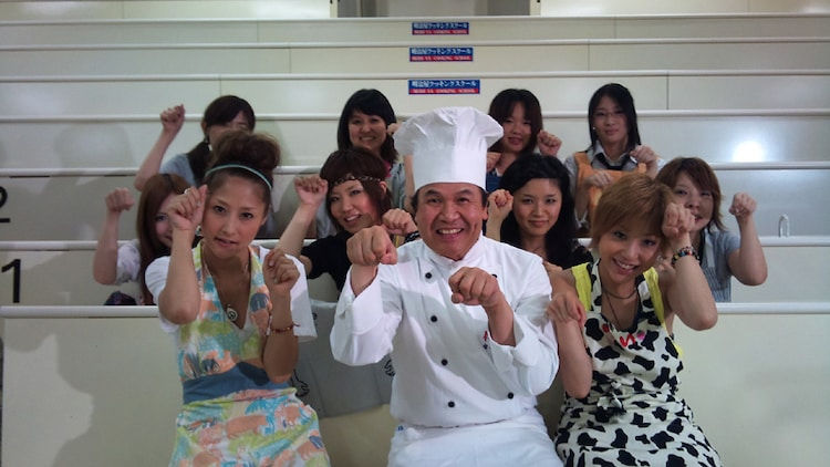 招き猫のポーズで記念撮影するRSPと8名の不器用女子、そして満面の笑顔を浮かべる金萬福。