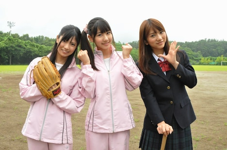 3月に終了したテレビ東京系ドラマ「マジすか学園」では、ヤンキー役に挑戦した倉持明日香(写真左)、柏木由紀(中央)、高城亜樹(右)。今回は野球部を舞台に、等身大の女子高生役を演じている。