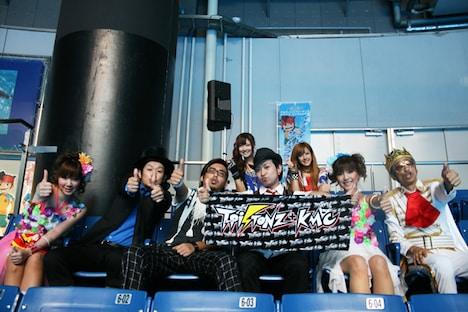 「イナズマイレブンサマースプラッシュ!」を鑑賞するT-Pistonz+KMC、熊井友理奈、夏焼雅。