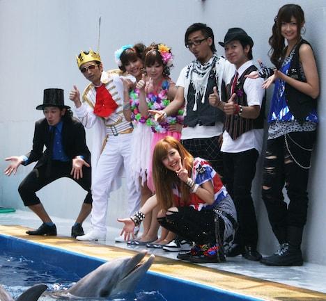 イルカと戯れるT-Pistonz+KMC、熊井友理奈、夏焼雅。