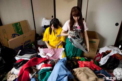 「初めて男性の部屋に入った」という米沢瑠美(写真右)は理想とのギャップに愕然。米沢とともに洋服チームに配属された指原莉乃(左)は黙々とシャツをたたむ。