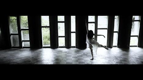 「Les Enfants du Paradis」ビデオクリップのワンシーン。