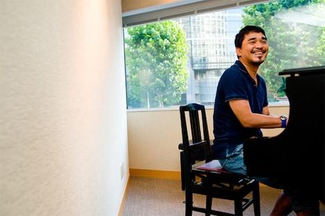 インタビュー後にピアノを弾く石野卓球。