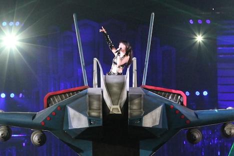 写真は西武ドーム公演「NANA MIZUKI LIVE GAMES」の様子。戦闘機「アルカディア7」がドームを突っ切った。