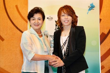 嘉田知事(写真左)と西川貴教。知事は「イベントの最初のオープニングには応援に行きます!」と力強く約束した。