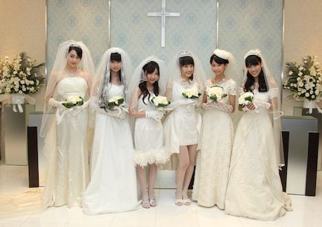 純白のドレスをまとったももいろクローバーの6人。