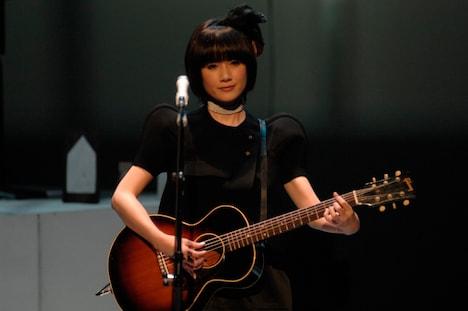 """「LIVE TOUR 2010 """"eyja""""」では、原田知世はボーカルのみならず、朗読やダンス、ギター演奏などにも挑戦。"""