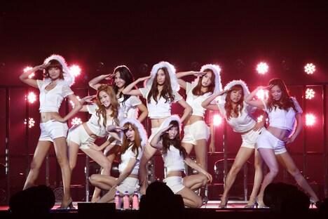 会場に集まった観客は、10~20代の女性が中心。韓国語でメッセージが書かれたボードやうちわを持ったファンの姿も見受けられた。