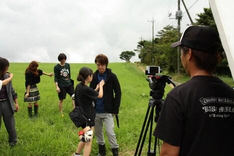 「しあわせの秤」のPV撮影風景。三脚にちょこんと載せられた携帯電話ですべての撮影は実施された。