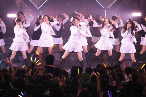 「コスモスの記憶」を初披露する白組。(C)SKE48
