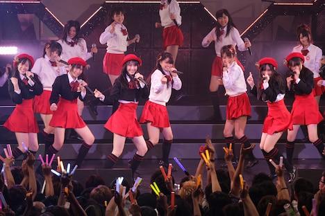 「青春は恥ずかしい」を初披露する紅組。(C)SKE48