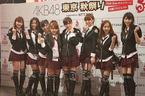 AKB48。写真左から小島陽菜、松井珠理奈、渡辺麻友、高橋みなみ、前田敦子、篠田麻里子、板野友美、柏木由紀。