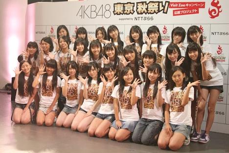 緊張しつつもカメラに笑顔を向けたNMB48。