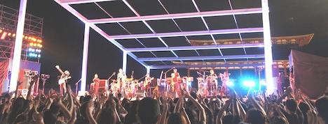 ライトアップされた平城京跡を舞台に繰り広げられたライブの様子。