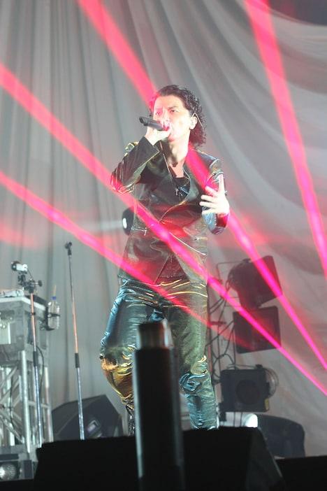 今回のライブでは無数のレーザー光線や火柱が多用され、壮大なスケール感を演出した。