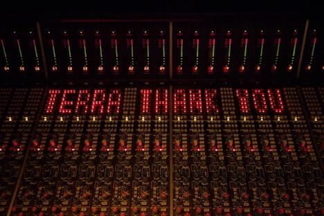 写真は「EMI」ジャケットデザイン。なおナタリーでは「EMI ROCKS」のライブレポートを後日掲載予定。