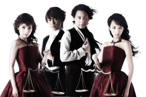 Wキャストを演じる安倍なつみ(写真左端)と平野綾(右端)の出演スケジュールは、各会場のオフィシャルサイトにて確認を。
