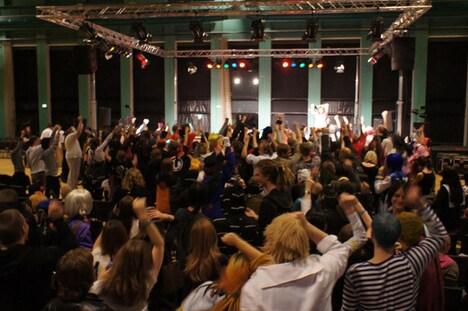 モモーイのパフォーマンスに熱狂するデンマークのOTAKUたち。なお、デンマークの様子はオフィシャルブログ「モモブロ」でも紹介されている。