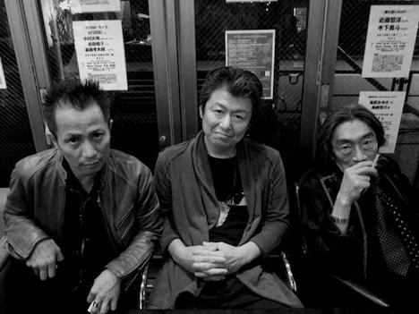写真は「僕らのしぜんの冒険」。左からKONTA、佐藤正治、深町純。