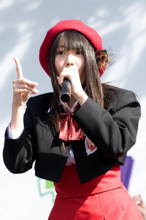 最新シングル「1!2!3!4! ヨロシク!」で4期生ながらもいきなり選抜入りを果たした木本花音(写真)は、チームEに昇格(写真は11月20日の全国握手会イベントより)。